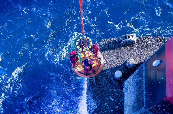 海洋平台吊笼,立柱固定式折叠卧式海上石油井救生吊篮